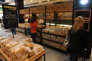 Autoservicio. En las panaderías Costumbres Argentinas los compradores arman su pedido. GUILLERMO RODRIGUEZ ADAMI